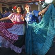 Traditionele kleding voor de optocht met de meiden uit mijn gastgezin