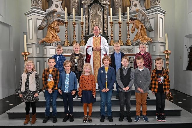 Groepsfoto 2, met pastoor Massaer